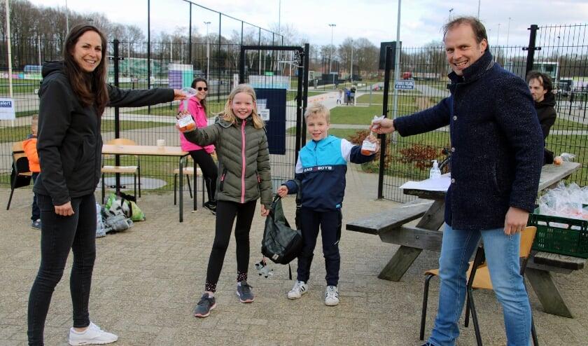Elena Kock en Hans te Lindert delen de zakjes fruit uit aan de kinderen. Foto: Lydia ter Welle
