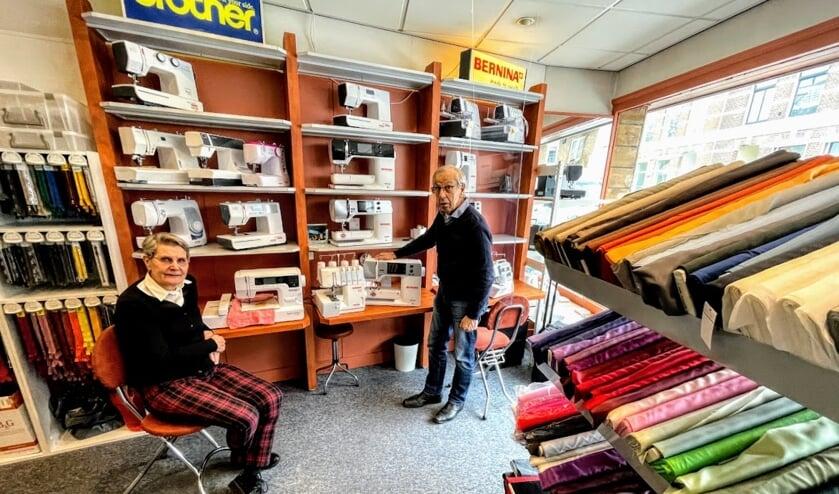 Magda en Martin Borgonjen in hun winkel die 50 jaar bestaat. Foto: Henri Bruntink
