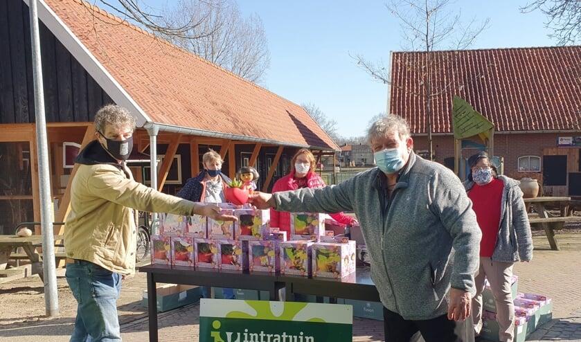 Willy Heinen overhandigt de eerste Dora-bloempot aan de Talentverbinder. Foto: PR