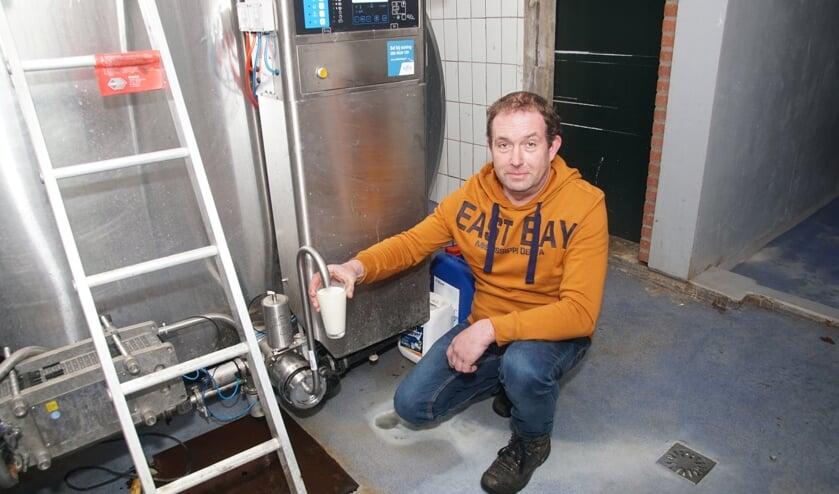 Wilco Lieftink tapt een glaasje melk. Foto: Frank Vinkenvleugel