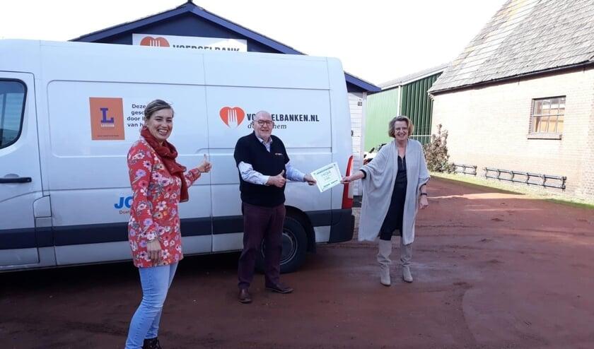 <p>Jaap Flokstra (Voedselbank Doetinchem), Angeline Menkhorst en Maurice Wassink (C-K-Club v.d. Lambertikerk gemeente) bij het voedselloket in Zelhem. Foto: Marti Menkhorst</p>