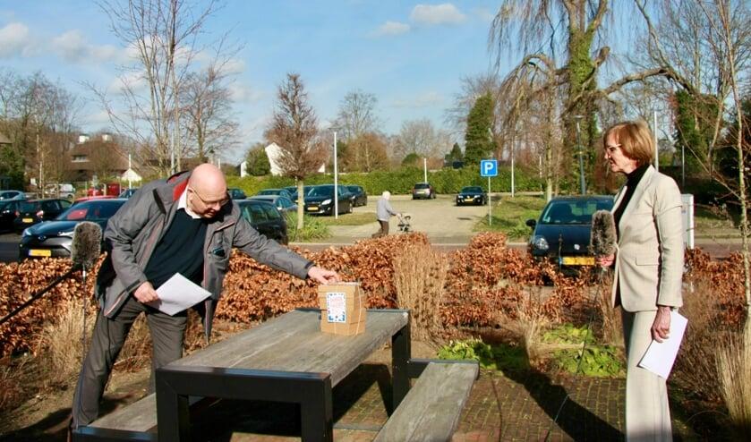 <p>Benno Voorhuis geeft acht doosjes KRACHT met bijbehorende brandbrief aan burgemeester Bronsvoort. Foto: OFL</p>