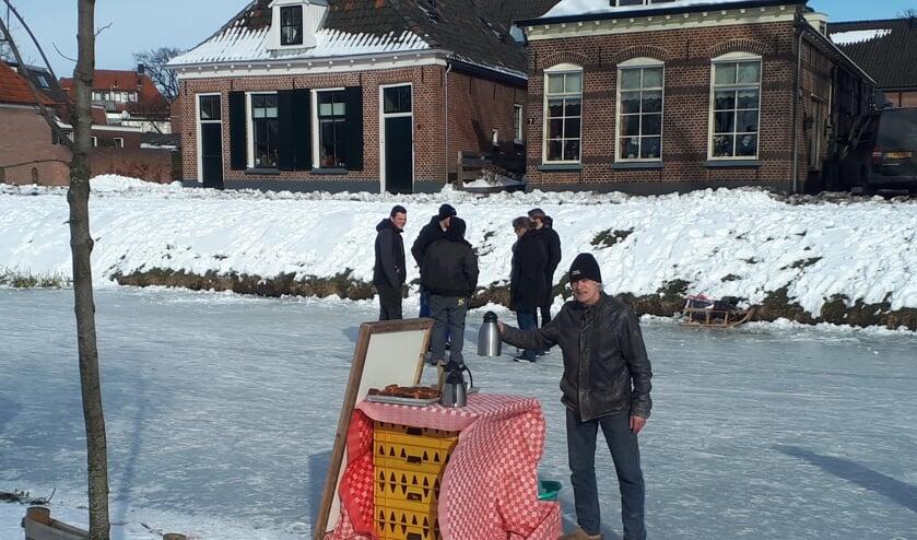 <p>Gratis chocolademelk en kaneelcake voor de schaatsers. Foto: Ren&eacute; Loman</p>