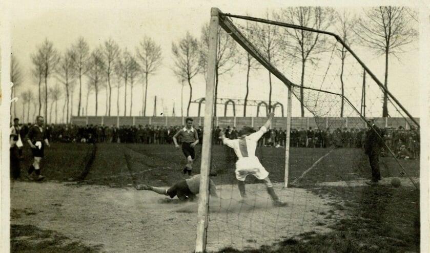 <p>Be Quick in 1928: Nadat Lebbink hard op de paal heeft geschoten, snelt Michielsen toe om het tweede doelpunt voor Be Quick te scoren. Foto: collectie Erfgoedcentrum Zutphen</p>