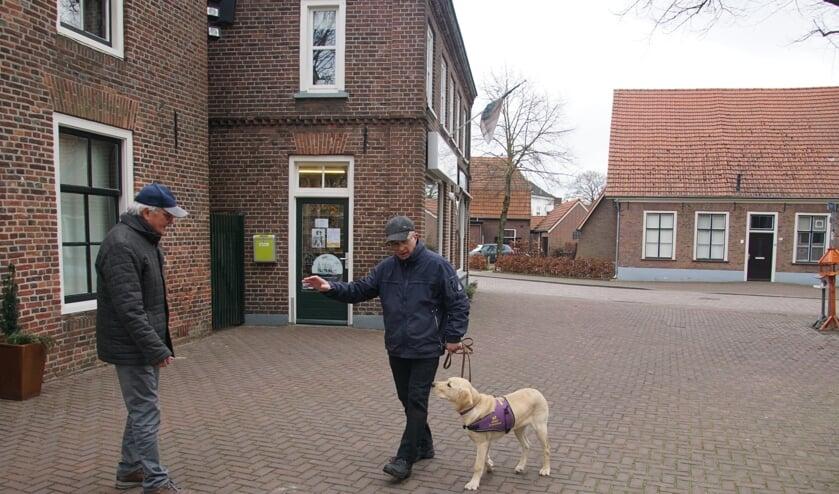 Wim Derksen onderweg met Kuvas, die zijn dekje draagt. Dat is het teken dat de hond 'aan het werk' is en niet mag worden afgeleid. Foto: Frank Vinkenvleugel