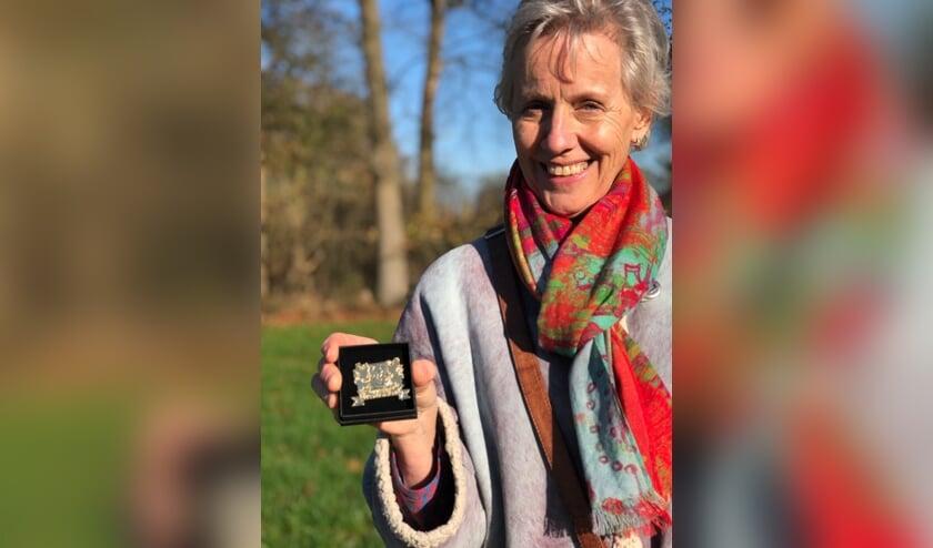 <p>Nel van der Meulen ontving een vergulde broche voor haar vrijwilligerswerk. Foto: PR</p>