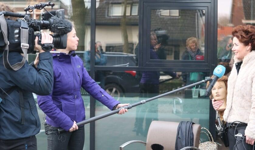<p>Erica Holterman van Haarsalon Figaro werd ge&iuml;nterviewd door SBS 6. Foto: Arjen Dieperink</p>
