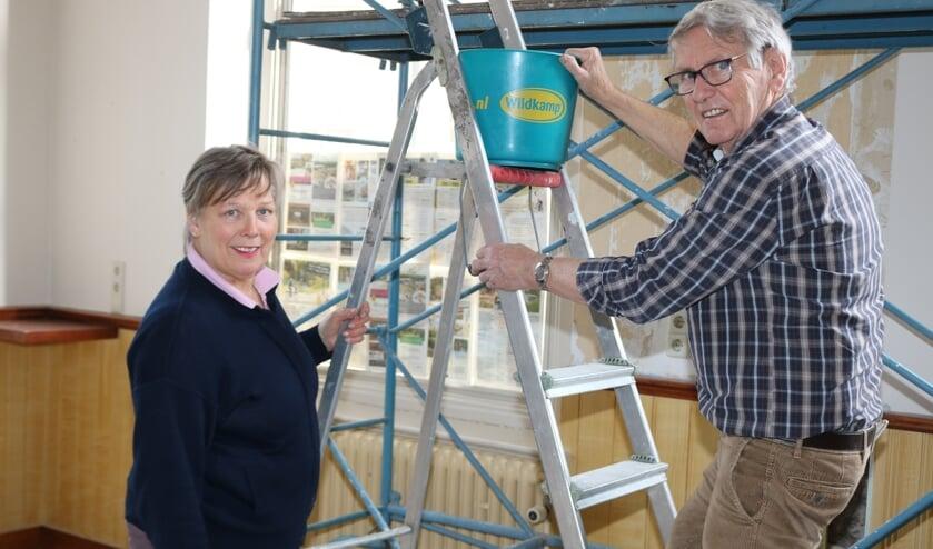 <p>Marja Eggink en Wim Neerlaar waren afgelopen zaterdag nog druk bezig bij de VVV. Foto: Arjen Dieperink</p>