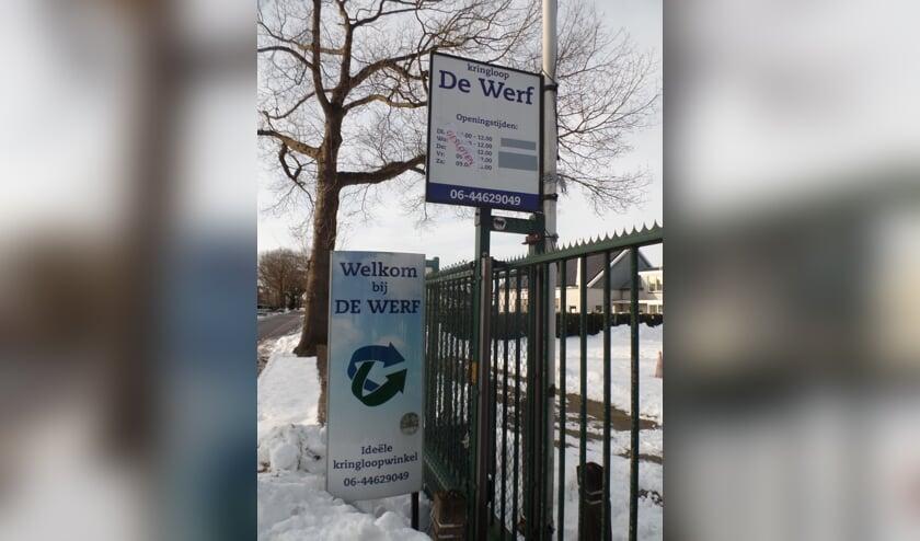 <p>Welkom bij De Werf staat op het bord. Liefst zo snel mogelijk, wat de Kringloopwinkel betreft. Foto: Jan Hendriksen </p>