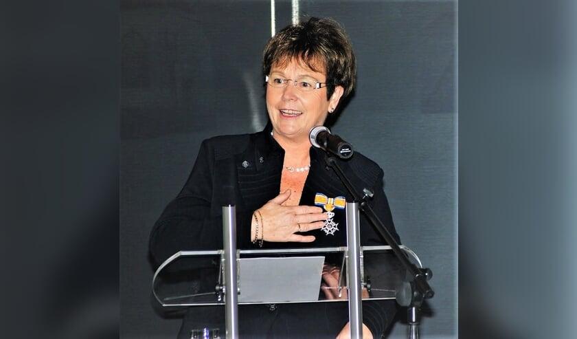Een Koninklijke Onderscheiding (Ridder in de Orde van Oranje-Nassau) voor Corrie Langelaar bij haar afscheid als burgemeester van de gemeente Lisse.
