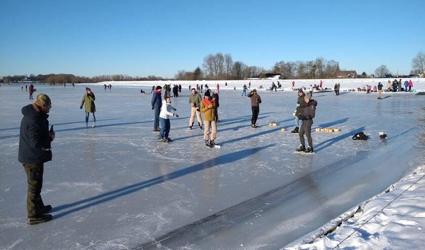 <p>Op de uiterwaarden bij Olburgen was ruimte genoeg om te schaatsen en een spelletje curling te doen. Foto: Liesbeth Spaansen</p>