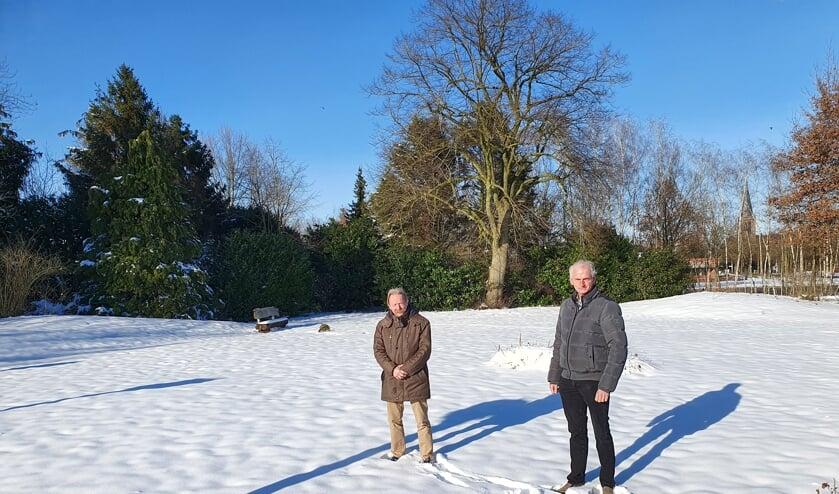 <p>Jan Harks (links) en Dinand Froeling op het stuk grond dat dienst doet als begraafplaats voor 'natuurlijk begraven'. Foto: Henri Walterbos</p>