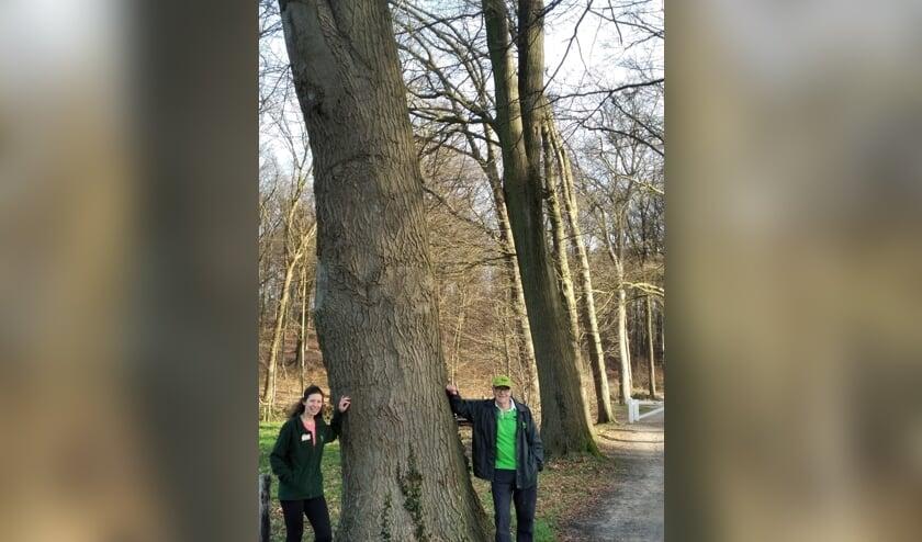 <p>Dissl Lalleman en Homme Siebenga bij het startpunt van de wandelroute op de Lochemse Berg. Eigen foto</p>