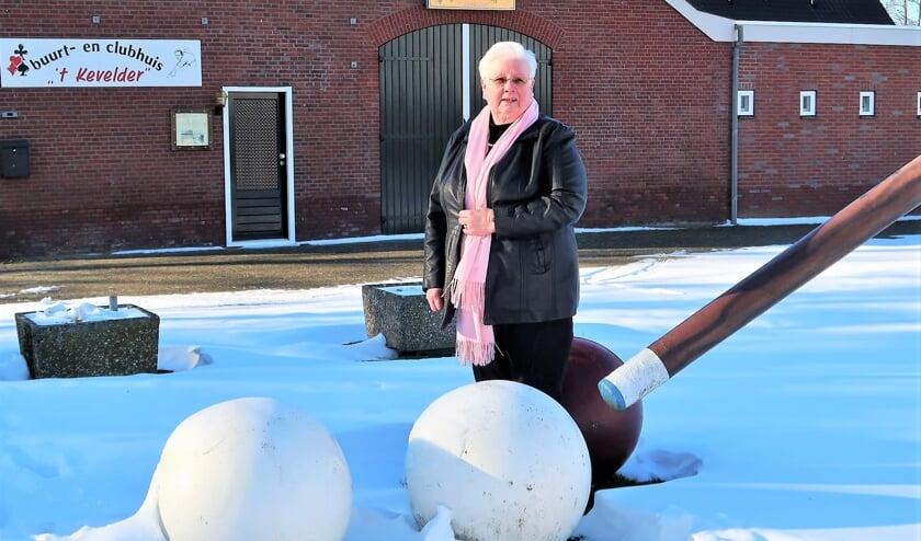 Lucia Beerten, staand voor buurt- en clubhuis 't Kevelder in Zieuwent. Foto: Theo Huijskes