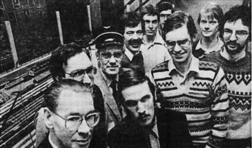De bouwgroep van de tentoonstelling in het Museum Freriks, 19 maart 1983. Voorgrond van links naar rechts: Wil Spamer, Peter Meerdink. Daarachter: Wim Siebelink, Jaap Doornheim, Dick van Dijk, Gerrit Jansink, Fred Siebelink, Arjan Ligtenbarg, René Wevers, Henk Kerkwijk. Persfoto