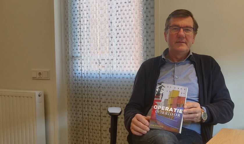 Rob Weeber met zijn vierde boek, Operatie Corridor. Foto: Rob Stevens