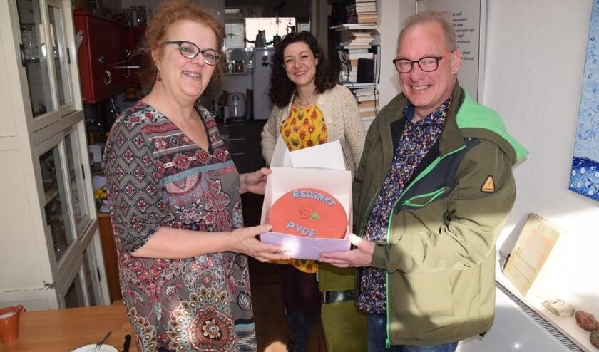 <p>Merel Harkink (l) ontvangt de rode taart uit handen van PvdA-raadslid Frans Manders in het bijzijn van Merel Hubatka (m). Foto: PR<br><br></p>