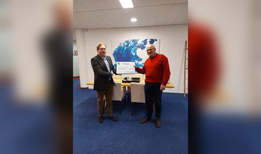 <p>De voorzitter van Rotary Club Zutphen, Sjoerd van der Vegt (.) reikt de cheque uit aan voorzitter Hans Derksen van het Odensehuis. Foto: PR<br><br></p>