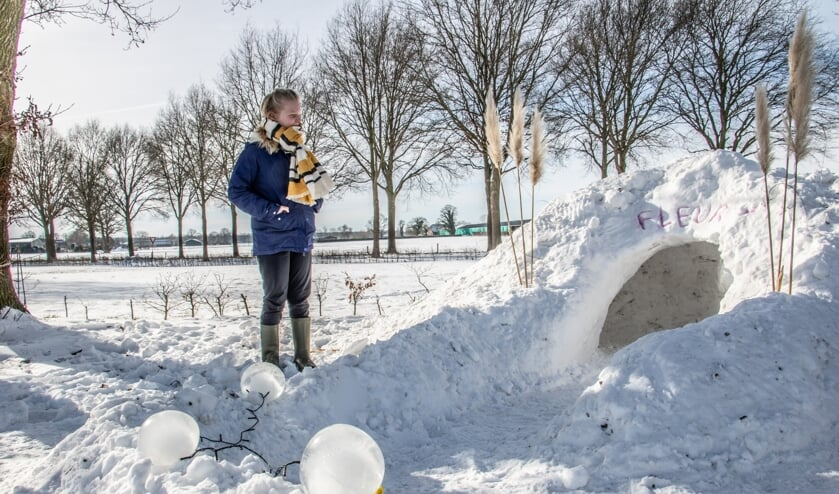 <p>Fleur Huirne is trots op haar iglo. De ijsbollampjes verlichten het pad mooi. Foto: Achterhoekfoto.nl/Liesbeth Spaansen</p>