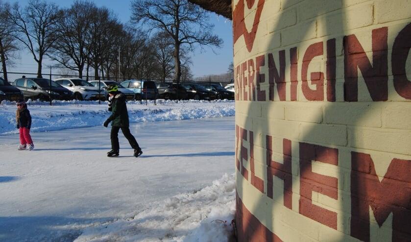 <p>Bij IJsvereniging Zelhem is het genieten van het schitterende winterweer. Foto: Contact</p>