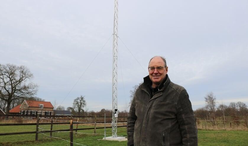 <p>Wilfred Ossewaldt bij zijn weerstation. Foto: Arjen Dieperink</p>