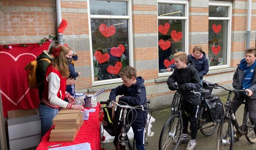 <p>Bij de Valentijns-Drive-Through van het Eligant konden de leerlingen een verrassing voor het hele gezin ophalen. Foto: PR</p>