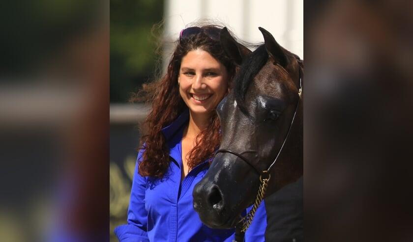 <p>Talitha Bakker met &eacute;&eacute;n van haar Arabische paarden. Foto: Reindert Jansen</p>