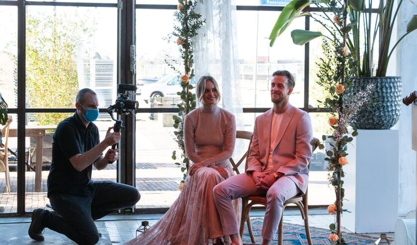 <p>Trouwambtenaren Jeanette Vos en Eva Schuurman willen laten zien dat ook in coronatijd mooie intieme bruiloften te organiseren zijn. Foto:Henk Derksen<br><br></p>