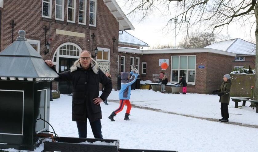 <p>Taco Houkema bij de dorpspomp voor de Julianschool in Almen is blij dat de scholen weer open zijn. Foto: Arjen Dieperink</p>
