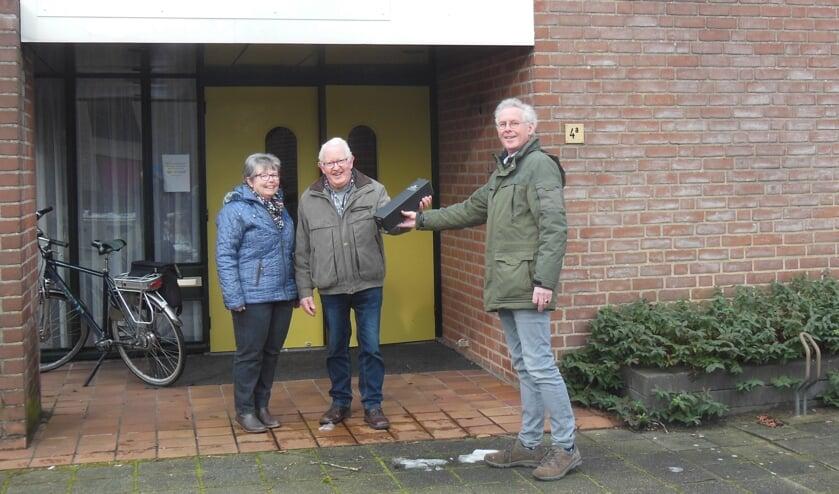 <p>&lsquo;Oud Vorden kenners&rsquo; Jo en Bennie Harmsen krijgen een fles lekkere wijn uitgereikt. Foto: Oud Vorden</p>