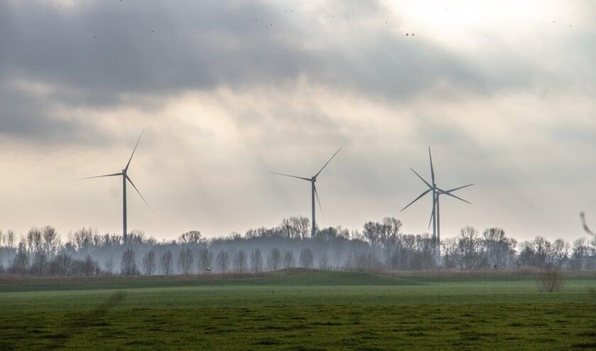 <p>De reusachtige windmolens kunnen een as-hoogte van honderd meter of nog hoger hebben en produceren geluid zowel in hoge als lage frequenties. Foto: Liesbeth Spaansen </p>