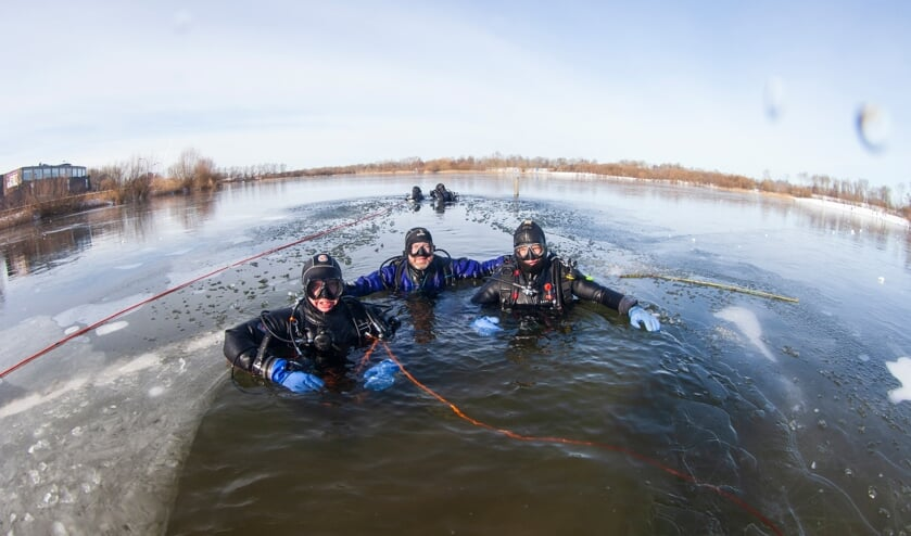 <p>Duikers van de Zutphense duikvereniging Albacare maken een ijsduik in het Bronsbergenmeer. Foto: Patrick van Gemert/Zutphens Persbureau&nbsp;</p>