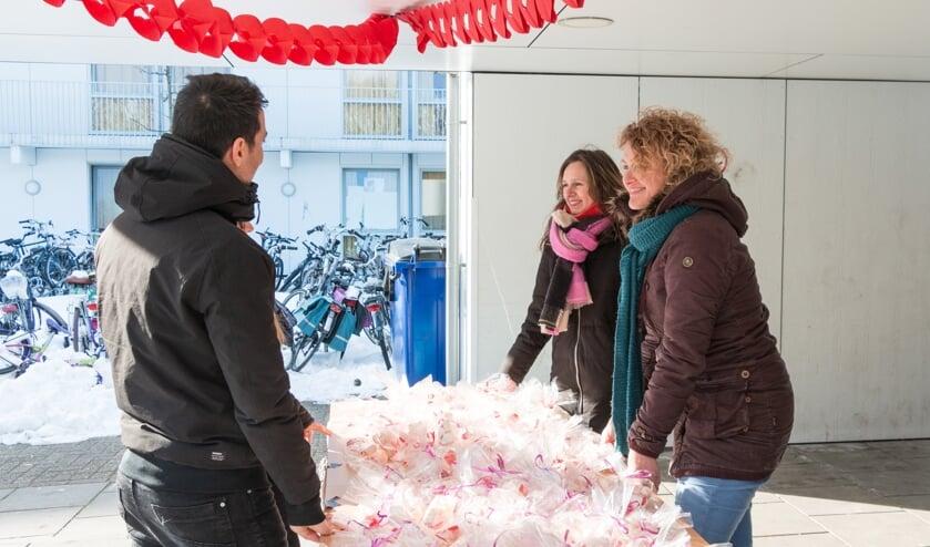 <p>Andrea (midden) en Annelies van Koffiehuis Sparkle delen zakjes hartensnoepjes uit aan bewoners AZC. Foto: Henk Derksen</p>