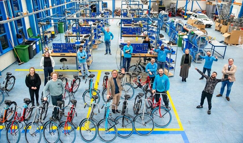 <p>Het hele team in de werkplaats van Zilt-Bikes. Foto: Pim Helmich </p>