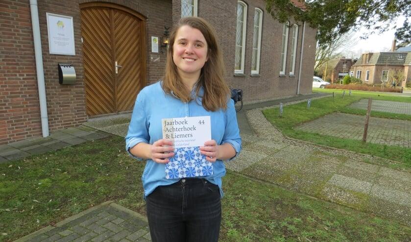Marlieke Damstra, projectleider historische interieurs, laat met trots het jaarboek zien. Foto: Bernhard Harfsterkamp