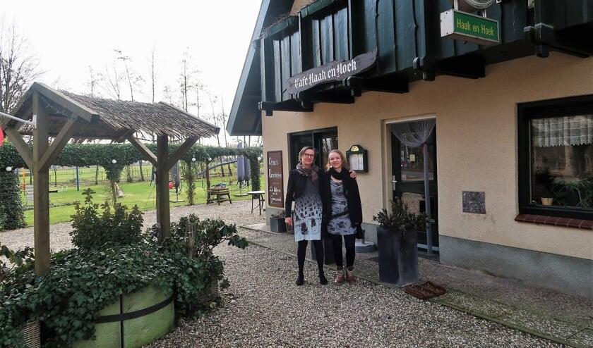 <p>Marianne ten Hoopen (links) en dochter Jony voor caf&eacute; annex speeltuin Haak en Hoek. Foto: Theo Huijskes</p>