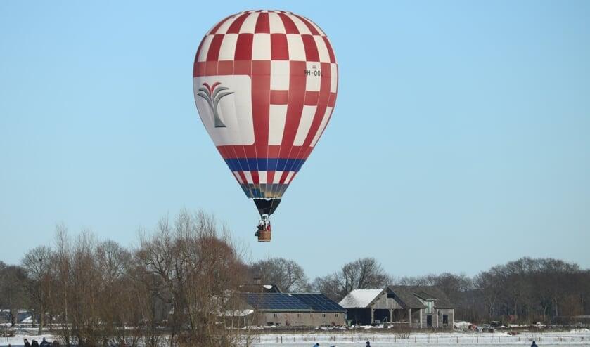 <p>Schaatsen en ballonvaren gaan goed samen met het mooie vriesweer. Foto: Arjen Dieperink</p>