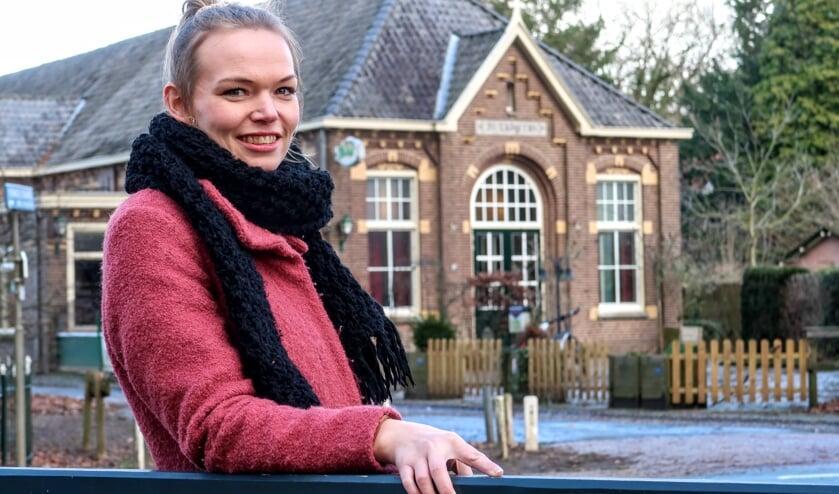 <p>Stephanie Besselink bij het Ludgerusgebouw in Vierakker, waar ze binnenkort haar gedroomde horecazaak start. Foto: Luuk Stam</p>