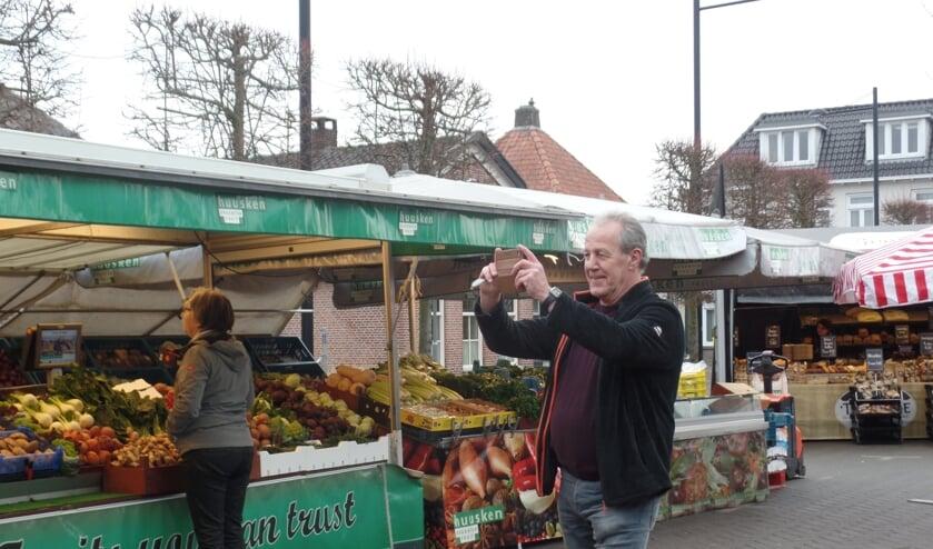 <p>Wim van Belzen maakt op vrijdagmorgen regelmatig filmimpressies voor de Facebook pagina &lsquo;Vordense Weekmarkt op vrijdag&rsquo;. Foto: Jan Hendriksen</p>