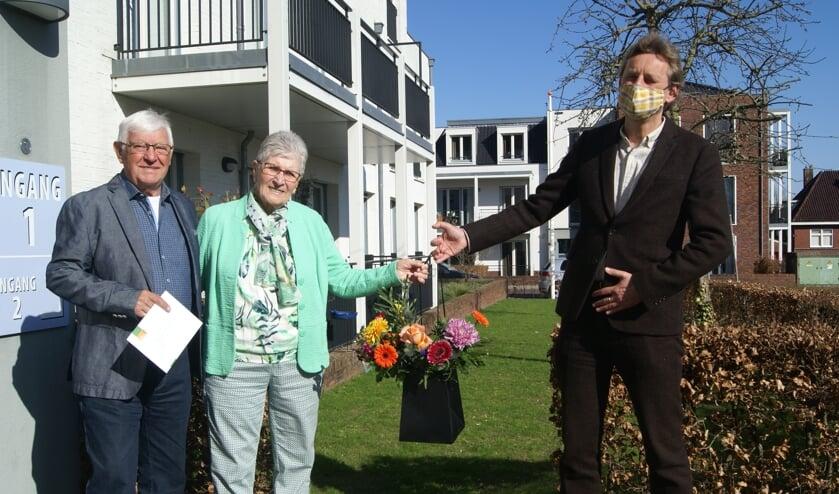 <p>Het echtpaar Pamboer samen met burgemeester Anton Stapelkamp. Foto: Eva Schipper</p>