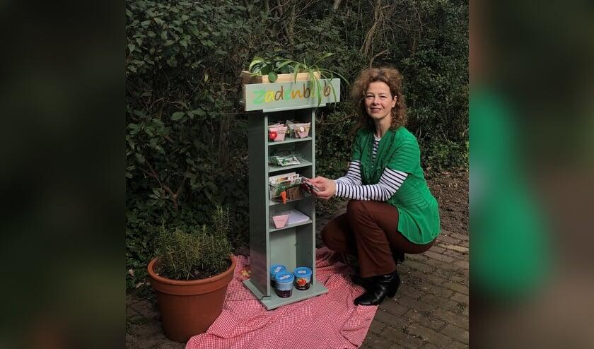 <p>Danielle van de Weerd bij de Zadenbieb, een opgepimpt oud cd-kastje in Hoog-Keppel waar zaden kunnen worden geruild. Foto: Marie Bakker</p>