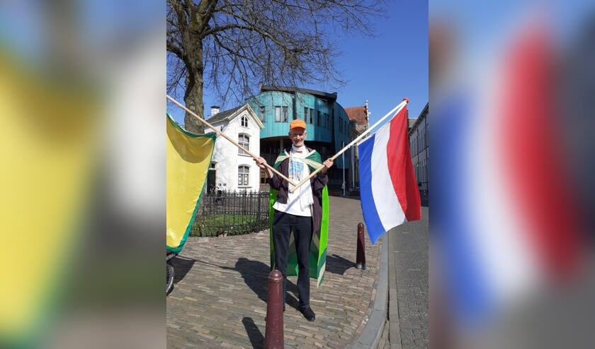 <p>Henk Koskamp voor het gemeentehuis in Zutphen. Foto: Alize Hillebrink &nbsp; &nbsp; &nbsp;</p>