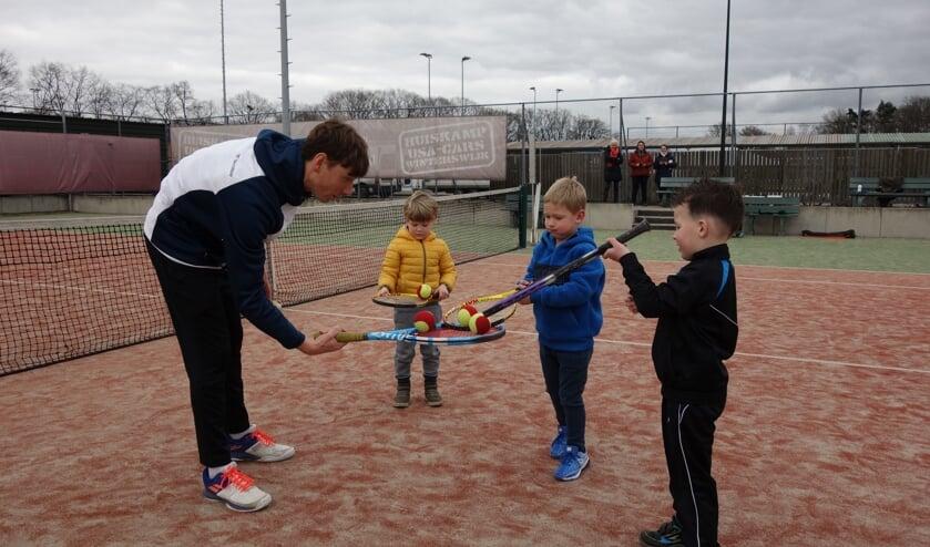 Kinderen krijgen balvaardigheidstraining bij de tennisclub. Foto: Clemens Bielen