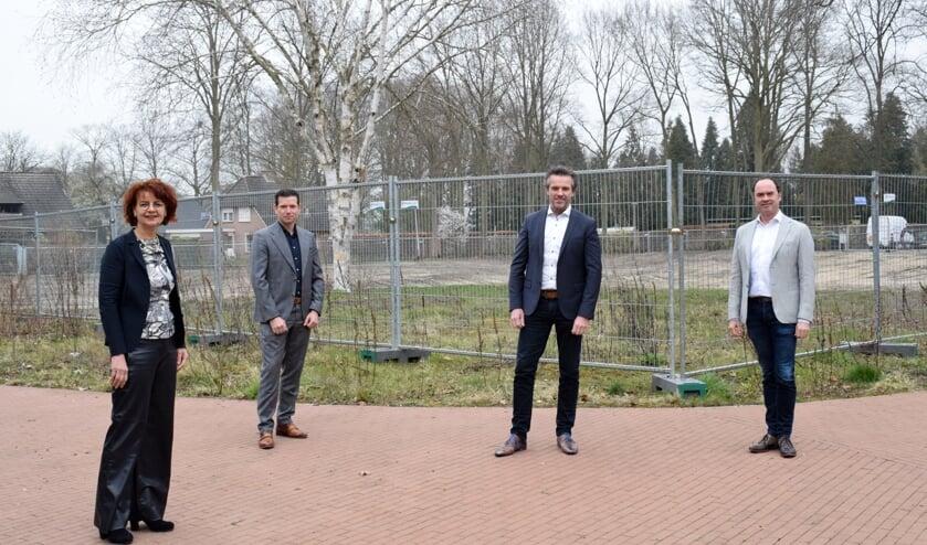 <p>Op 23 maart is de bouwovereenkomst ondertekend door (vlnr) Aukje van Kalsbeek (Bestuurder a.i. Markenheem), Derk Wassink (Wassink), Michel Menting (KlaassenGroep) en Richard Kremer (Kremer). Foto: Jeroen Garritsen</p>
