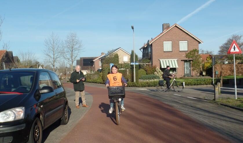 <p><strong>&nbsp;Onder toeziend oog van examinator Henk de Roo fietste Lola Jimenez Rosco de uitgestippelde fietsroute.&nbsp;</strong>Foto: Jan Hendriksen.&nbsp;</p>