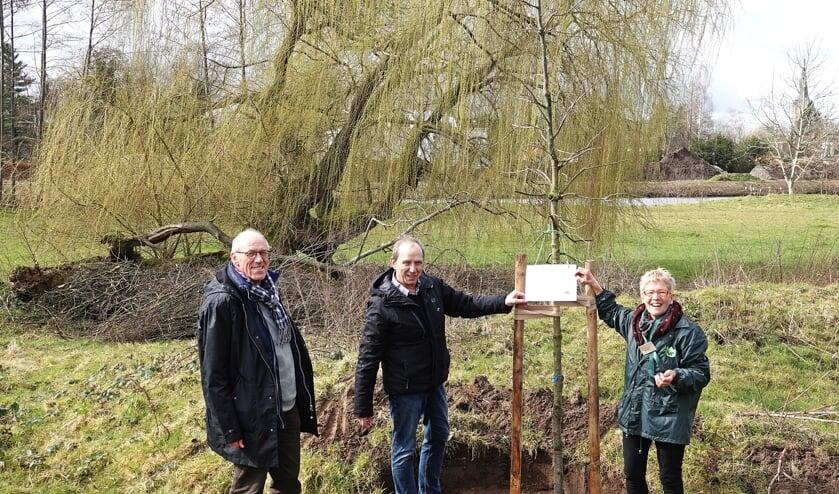 <p>IVN-voorzitter, Ineke Rood, samen met mensen van Stijgoord, &nbsp;Alfred te Pas (penningmeester) en Johan Busger, op Vollenbroek. Foto: PR</p>