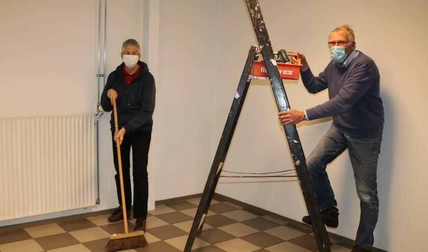 <p>Anja Slagt (l) en Bert Boers leggen de laatste hand aan de voormalige rokersruimte. Foto: Arjen Dieperink</p>