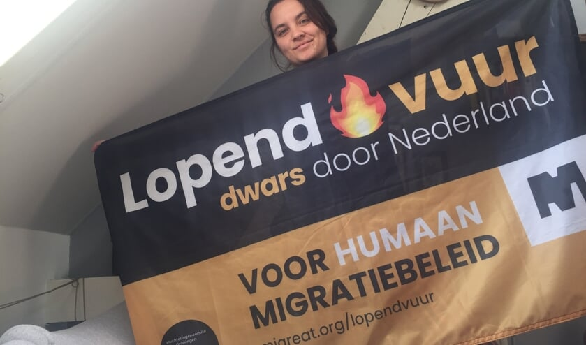 <p>Leanne Enderink voert vrijdag in het Zutphense Vogelpark actie voor een humaner vluchtelingenbeleid. Eigen Foto</p>