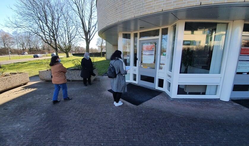 <p>Drie vertegenwoordigers van de Van Limburg Stirumstraat, de Johan van Oldebarneveldtstraat en de Docter Kuyperstraat staan voor de deur bij Woonbedrijf Ieder1. Foto: PR</p>