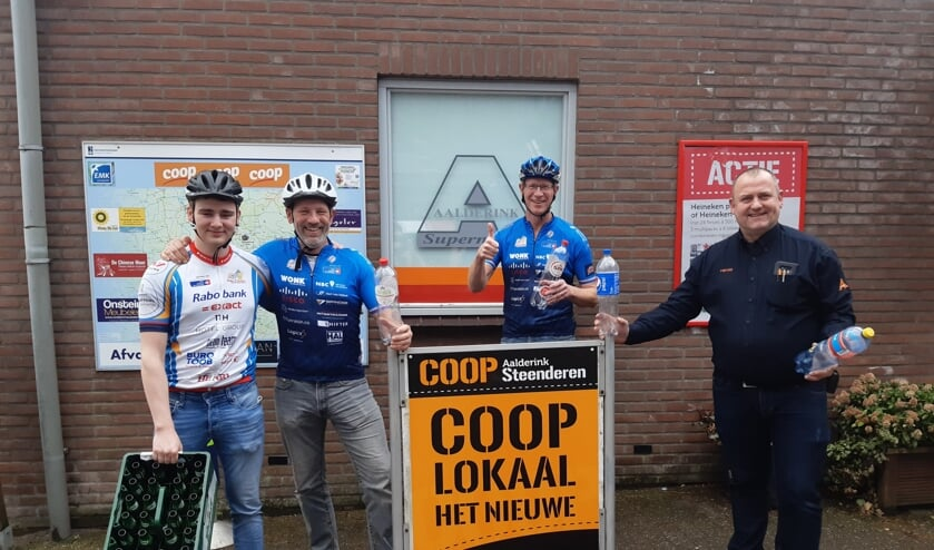 <p>Bouke en Kees Boumeester, Stefan Jansen en Harold Aalderink, eigenaar van Coop Steenderen (vlnr) ondersteunen de statiegeldactie voor het KWF. Foto: Ceciel Bremer</p>
